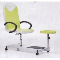 Paprasta ir kompaktiška pedikūro kėdė su pakoju